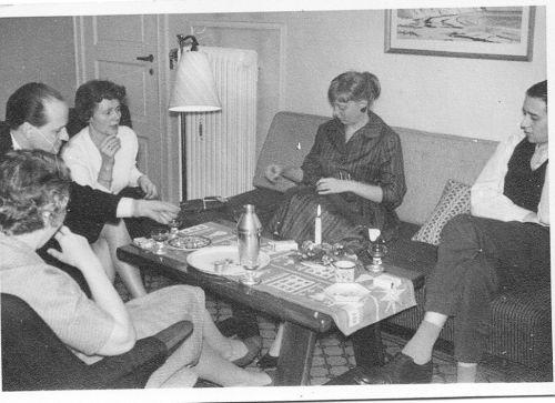 Ebba Borge og Ella Aase Torben ved kaffebord
